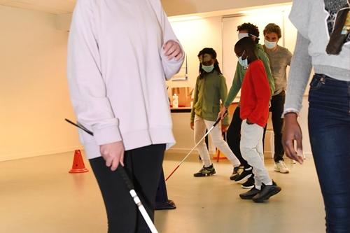 Sensibilisation dans l'école Jean de la Bruyère à Courbevoie : atelier handicap visuel.