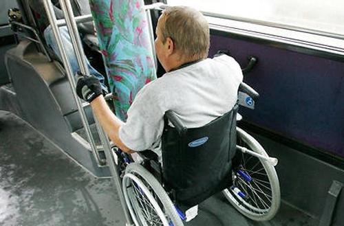 Personne en fauteuil dans un bus
