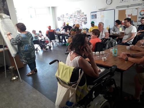"""Animation """"devinettes"""" avec Paula lors du déjeuner des bénévoles"""