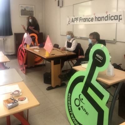 Jérémie, Hélène et Christian en sensibilisation dans une classe de collège Monet.
