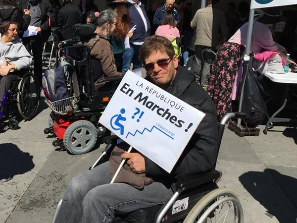 """Olivier et sa pancarte """"La République en Marches"""""""