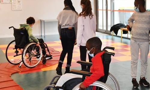 Parcours en fauteuil roulant pour les élèves