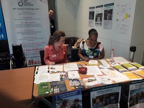 Anne Laure Joyeux et Aline Sampaio sur le stand APF France handicap