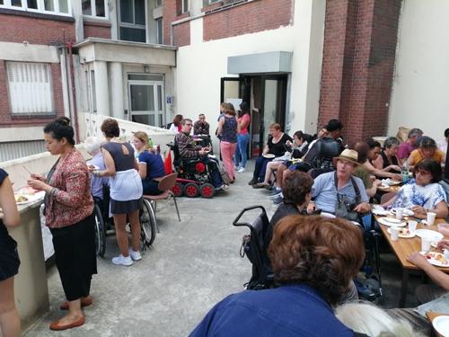 Adhérents et bénévoles au repas de l'été à la délégation