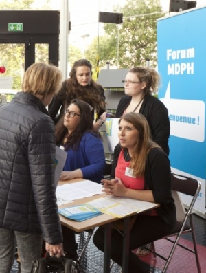 Photo de personnes sur un stand au forum MDPH