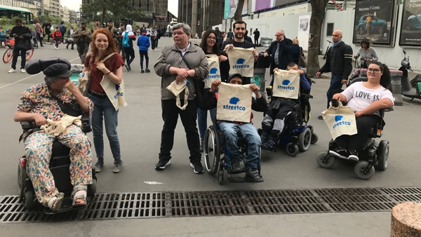 Groupe de bénévoles du 75 au départ de la marche sur le parvis de la gare de Montparnasse