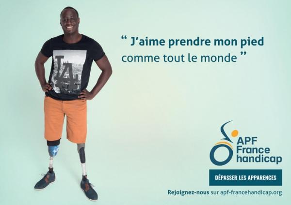 """Affiche """"J'aime prendre mon pied comme tout le monde"""" avec une personne ayant des prothèses"""