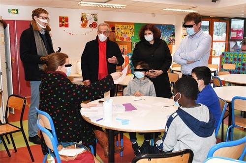 Sensibilisation dans l'école Jean de la Bruyère à Courbevoie : autour d'une table d'activité.