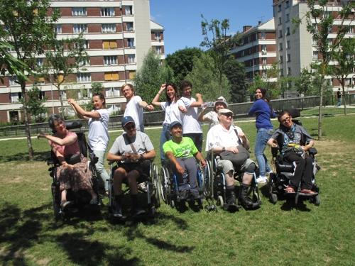 Photo de groupe salariés JLL et adhérents APF France handicap