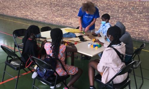 Jérémie animant l'atelier handicaps visuels avec des enfants
