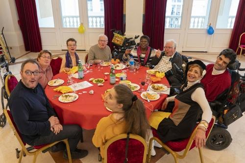 Adhérents et bénévoles appréciant le repas indien