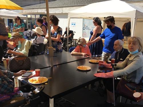 Adhérents et bénévoles discutent autour d'un verre