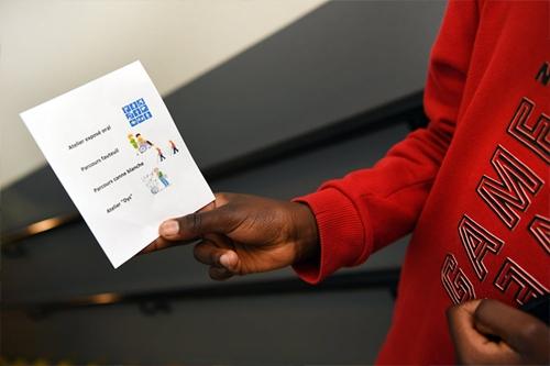 Sensibilisation dans l'école Jean de la Bruyère à Courbevoie : Un élève tient le programme dans sa main.