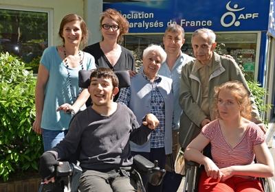 """Photo de groupe """"La famille du cœur"""" (salariés, bénévoles & adhérents APF-Fh)"""