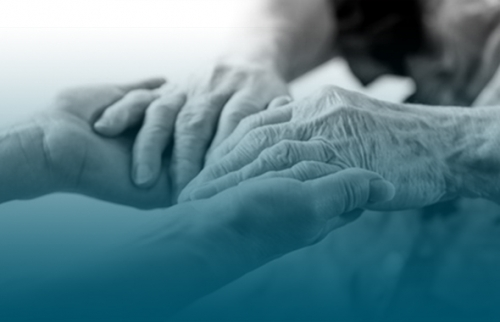 Mains de personne âgée en gros plan qui la tend à une personne plus jeune