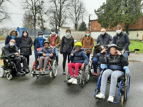 Sortie de groupe avec des enfants sur vélo-fauteuil à Saint-Maur