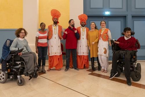 Adhérents, élus et bénévoles entourés de danseurs