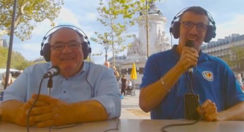 Patrice Tripoteau et Simon Schmidt sur le plateau de Radio Roue Libre installé place de la République