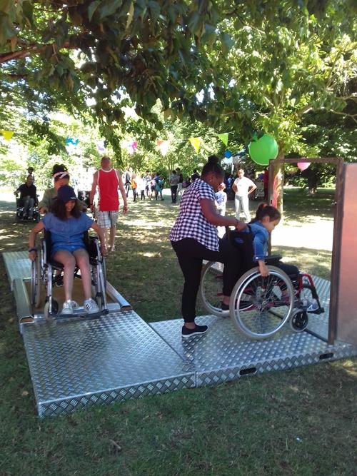Des jeunes se sensibilisent au handicap moteur par la pratique.