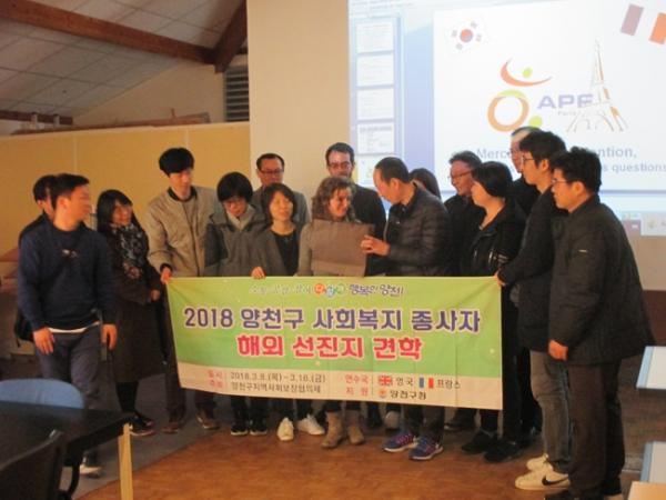 Photo de groupe d'une délégation du ministère de la santé de Corée du Sud dans les locaux de la Délégation APF France handicap de Paris