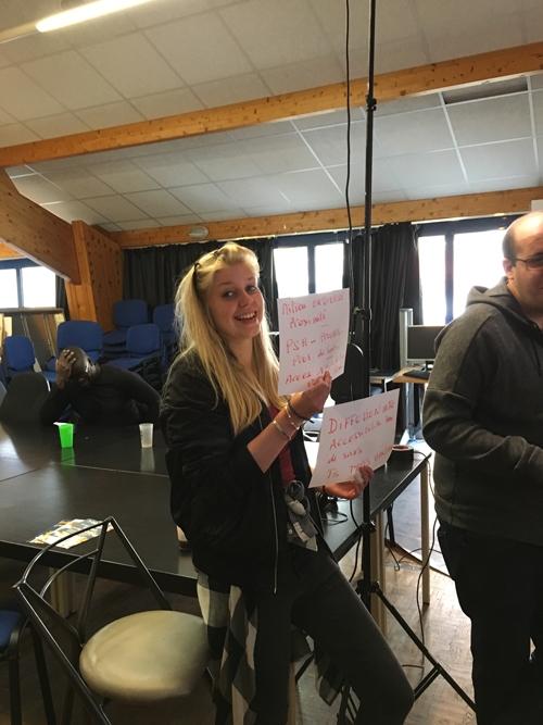 Lena, bénévole à APF France handicap Paris, sur le tournage de la vidéo