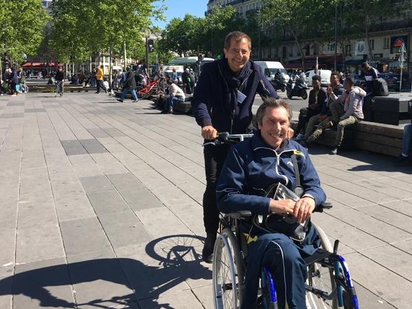 Démonstration de vélo-fauteuil avec le directeur territorial