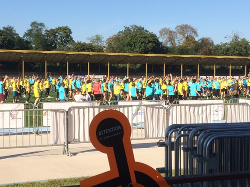 Foule de participants à la Course de la Diversité vu du stand