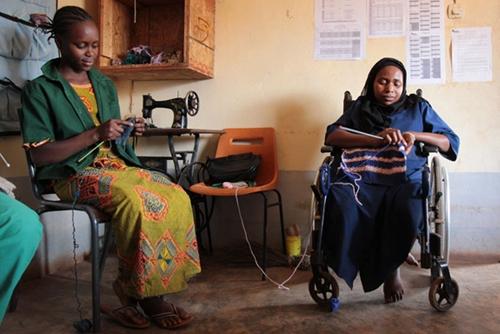 Deux élèves en situation de handicap en cours de tricot