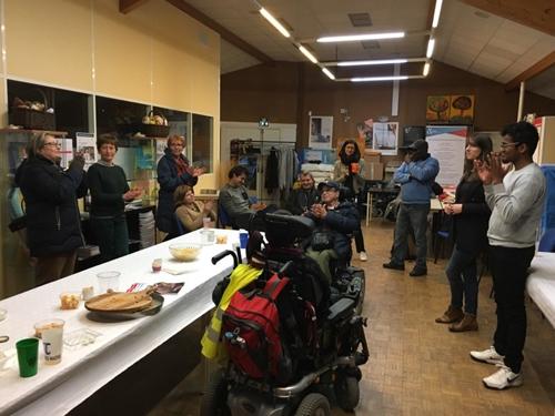 Les bénévoles pour le projet de l'Annuaire des lieux de soins accessibles du Grand Paris se rencontrent autour d'un pot convivial