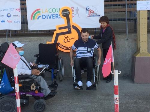 Alain, Arielle et un participant au parcours fauteuil.