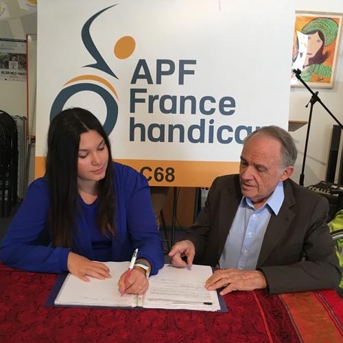 Malorie et Jacques à la délégation APF France handicap de Paris