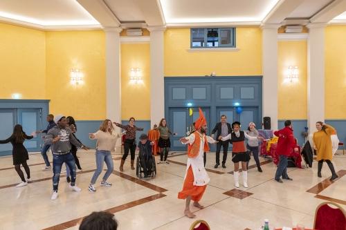 Adhérents, élu, bénévoles et salariés essaient d'apprendre les danses indiennes