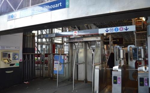 Photo de la sortie bloquée du métro Barbès
