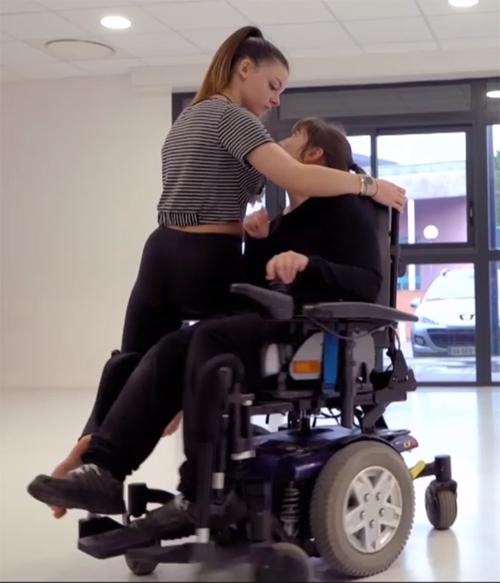 """Photogramme du film """"Laissez-moi aimer"""" avec 2 personnes dont une en fauteuil électrique"""