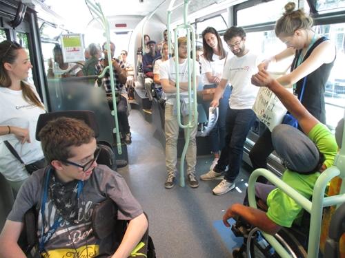 Trajet en bus avec des adhérents en fauteuil et des salariés de JLL
