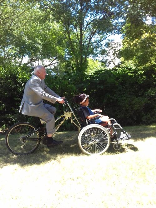 Monsieur le Maire en selle sur le vélo fauteuil