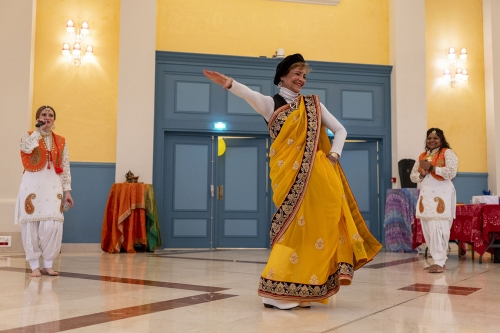 Pari, bénévole de la délégation, en tenue indienne