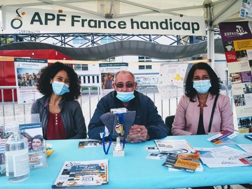 Océane et Denis, bénévoles APF France handicap et Cécile Bossavie, élue chargée du handicap dans le 19eme, sur le stand de la délégation de Paris.