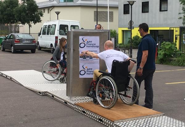 Photo de sensibilisation au handicap avec un parcours fauteuil mobile et modulable