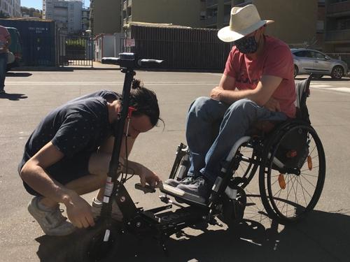 Pierre-Emmauel installe la fixation OMNI sur son fauteuil