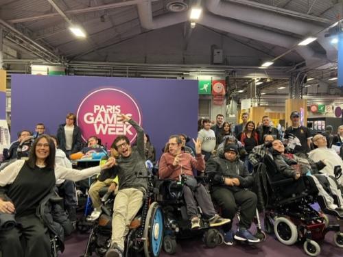 Photo des participants rassemblés par Jason Chemama (fondateur d'Handieasy) à la soirée VIP de la Paris Games Week le 29/10/2019 à Paris Expo, Porte de Versailles