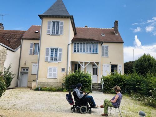 Marc et Caroline devant une maison