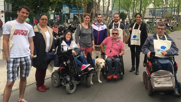 Groupe de bénévoles du 92 au départ de la marche à la station de tram Suzanne LENGLEN