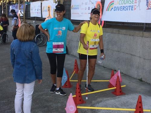 Carla et deux participantes sur le parcours cécité