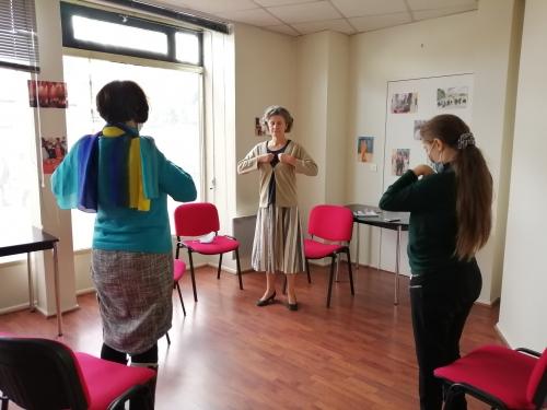 Claire Brown et des participants à l'atelier de sophrologie à la délégation des Hauts-de-Seine