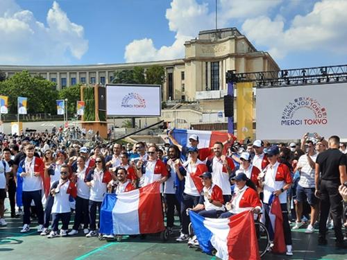 Les sports paralympiques en groupe au Trocadero
