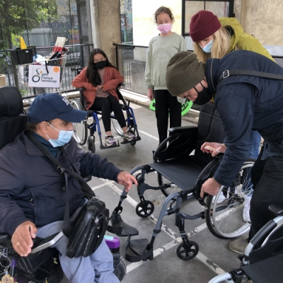 Anaelle, Alain et Patrick en plein parcours fauteuil au collège Monet.