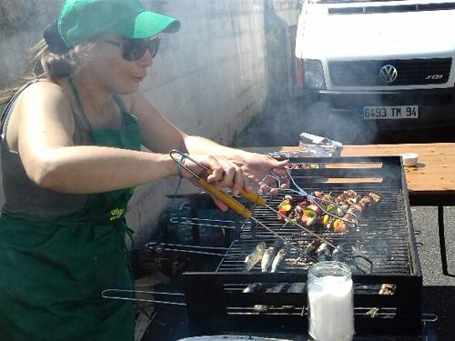 Sardines grillées, brochettes, côtelettes et pommes de terres au barbecue