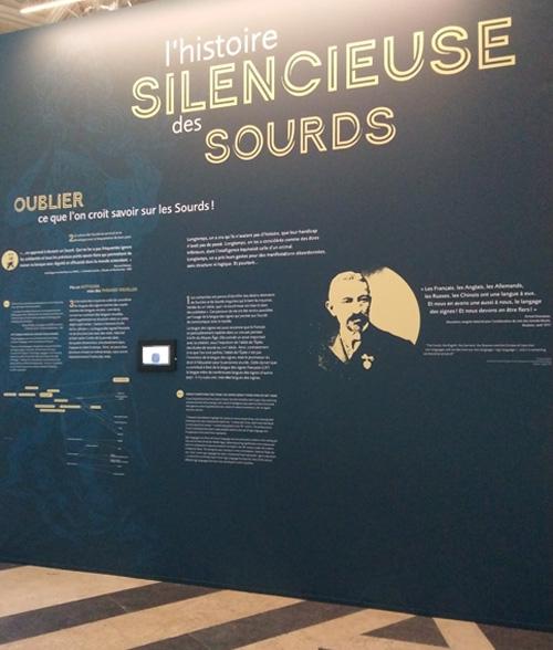 Panneau de l'exposition l'Histoire silencieuse des sourds, du Moyen âge à nos jours