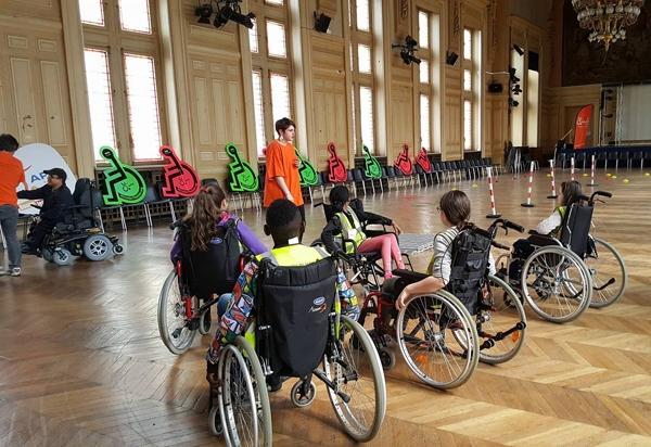 Photo de sensibilisation au handicap avec des enfants à la mairie du 13ème